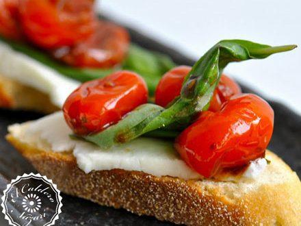 Doble pan tostado con queso curado y tomate