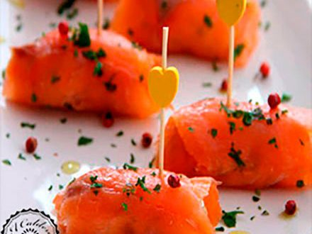 Rollos de salmón y queso
